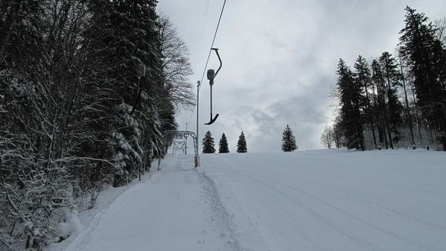 Bügel-Skilift im Winter mit Schnee.