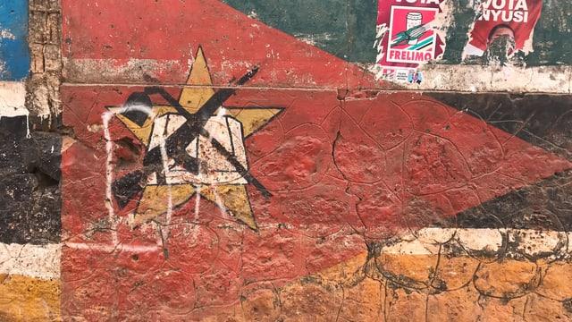 Flagge auf einer Wand gemalt.