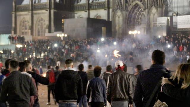 Personen auf der Domplatte in Köln.
