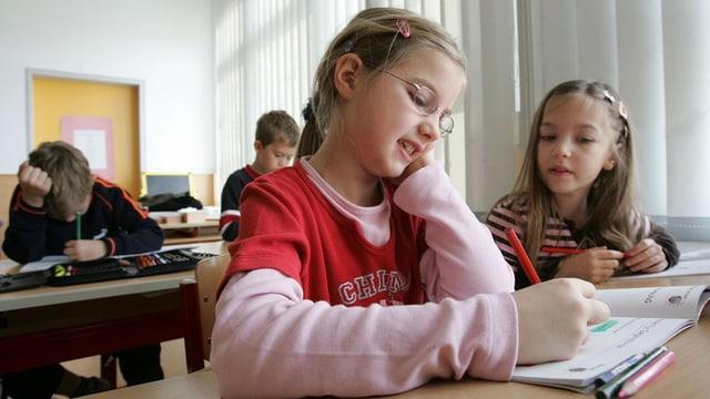 Zwei Kinder am Schulpult