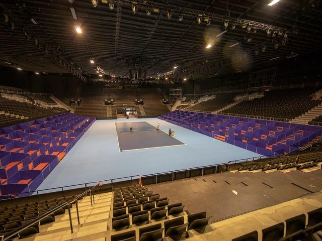 In der renovierten Halle wird der Boden für die Swiss Indoors verlegt.