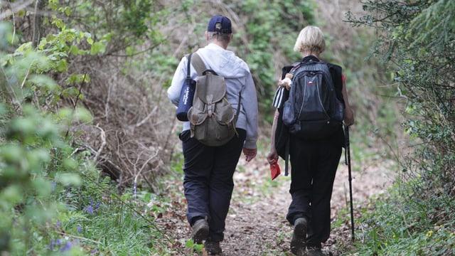 Zwei Menschen beim Wandern