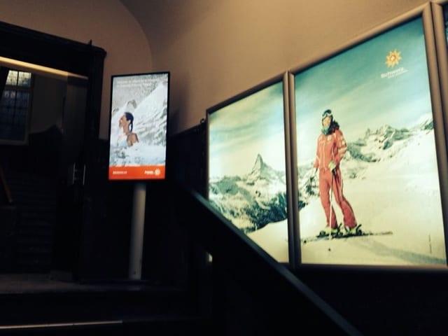 In der Zentrale von Schweiz Tourismus begrüsst einem bereits im Treppenhaus eine Skilehrerin in Grossformat. Herz der Kampagne 2013/2014.
