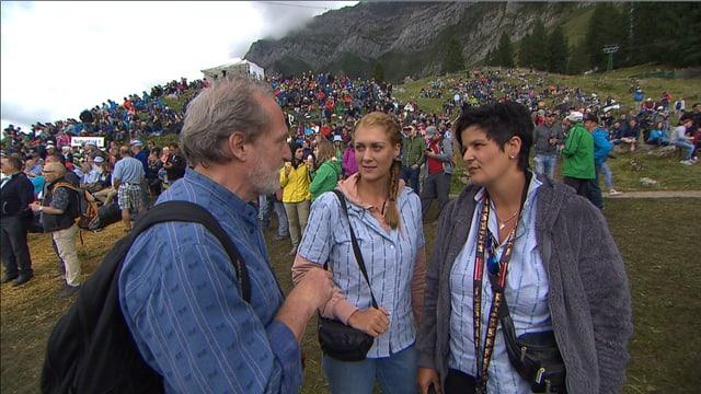 Ein Mann und zwei Frauen, ein Edelweiss-Hemd tragend