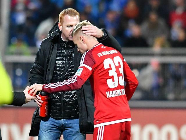 Ingolstadts Trainer Walpurgis herzt den Schweizer Spieler Hadergjonaj.
