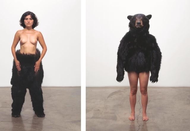 Eine Frau einmal mit nacktem Oberkörper und Bärenfell am Bein fotografiert, einmal mit Bärenkopf und nackten Beinen.