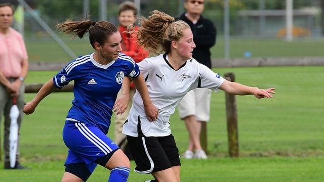 Zwei Fussballerinnen kämpfen um den Ball