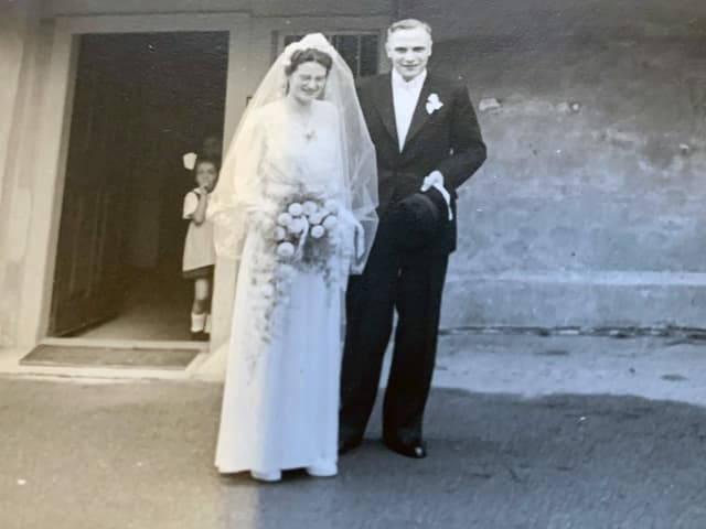 Klara Wacker im Hochzeitskleid mit ihrem Mann Georg im Anzug.
