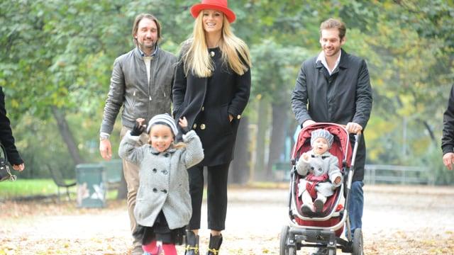 Eine Familie, die im Park läuft.