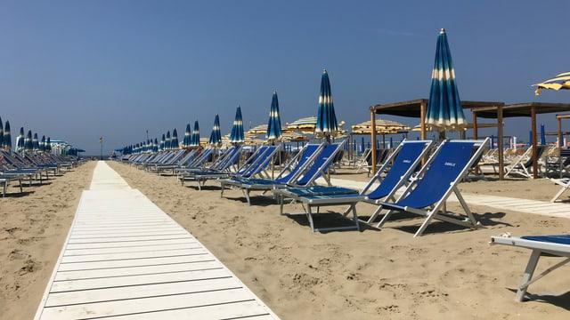 Liegestühle, Sonnenschirme am Strand von Viareggio.