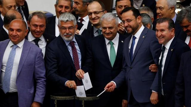 Binali Yildirim (mit grüner Krawatte), der neue AKP-Chef, bei einer Abstimmung im Parlament.