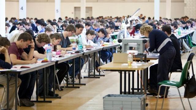 vista en ina sala plaina da students ch'èn vid scriver
