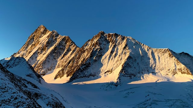 Optimales Bergtourenwetter mit Wolkenlosem Himmel.