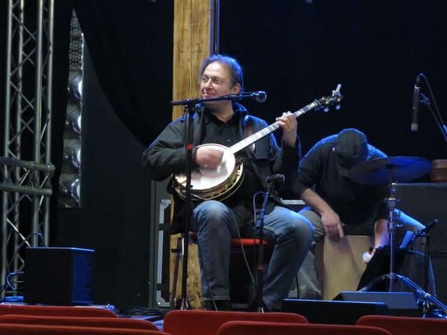 Jens Küger spielt sein Banjo.