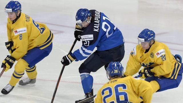 In giugadur finlandais circumdà da trais giugadurs svedais.