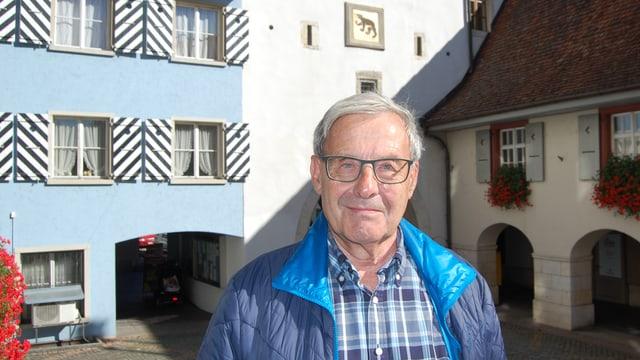 Mann vor historischem Stadttor