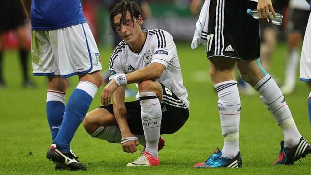 Özil giu per terra cun egliada tresta.