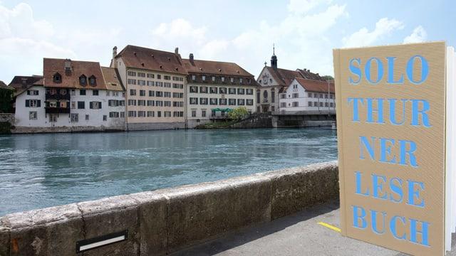 Lesebuch im Vordergrund, im Hintergrund Aare in Solothurn