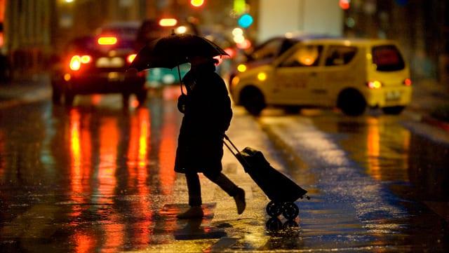 Dunna sin la via durant ch'i plova ed è stgir.