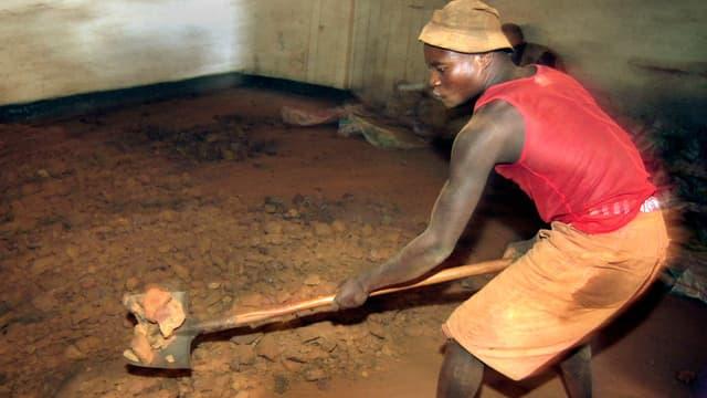 Ein Arbeiter in einer Zinnerz-Mine im Kongo.