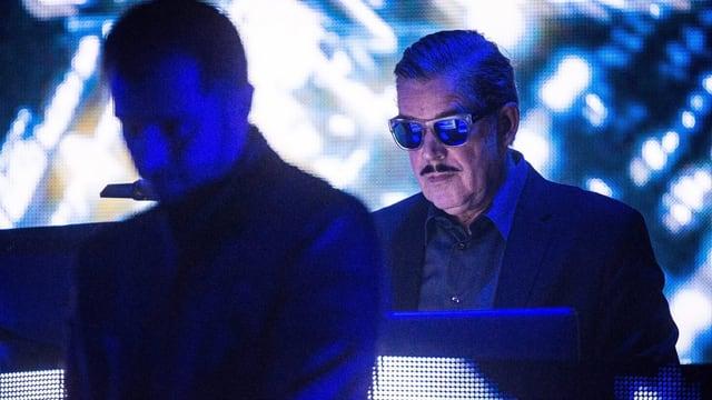 Boris Blank auf der Kraftwerk-Bühne in Berlin (Oktober 2016)