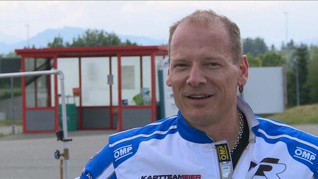 Hannes Roth in einem Rennoutfit.