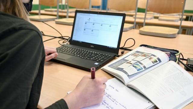 Schülerin an Laptop