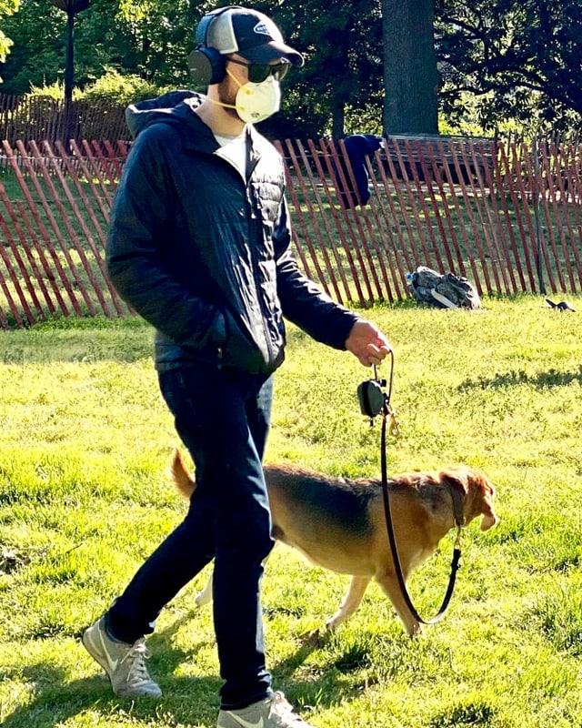 Im «Malcom X Park» führt ein Mann seinen Hund Gassi. Er trägt eine Maske.
