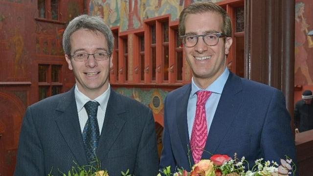 Conradin Cramer und Christian Egeler mit Blumen vor dem Rathaus