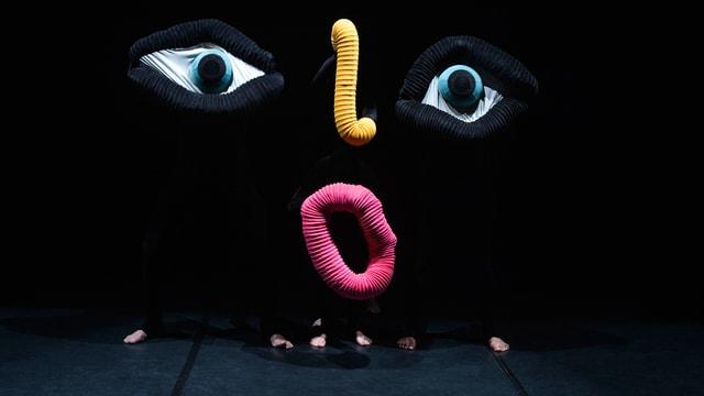 Mummenschanz kreieren ein Gesicht auf der Bühne.