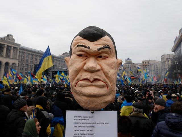 Demonstranten halten das Konterfei von Janukowitsch in die Höhe