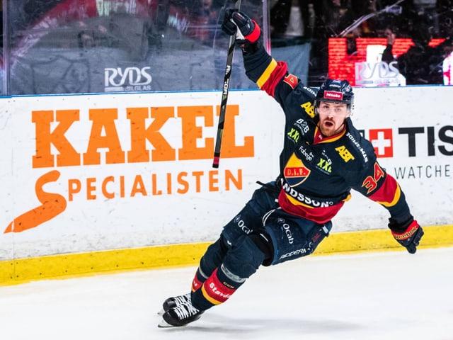 Eishockey-Spieler jubelt.