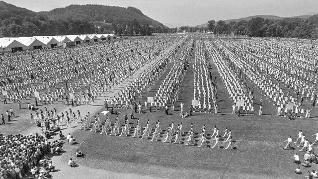 Aufmarsch der 12'000 Turner zum Abschluss des letzten Eidgenoessischen Turnfests in Aarau, am 25. Juni 1972.