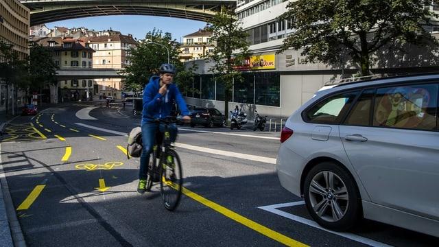 Velofahrer fährt auf dem Fahrradweg.