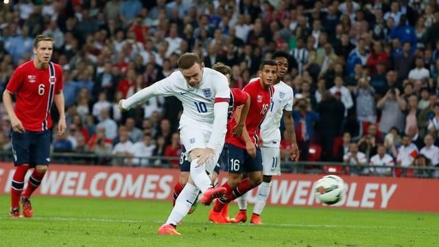 Rooney trifft vom Penaltypunkt aus.