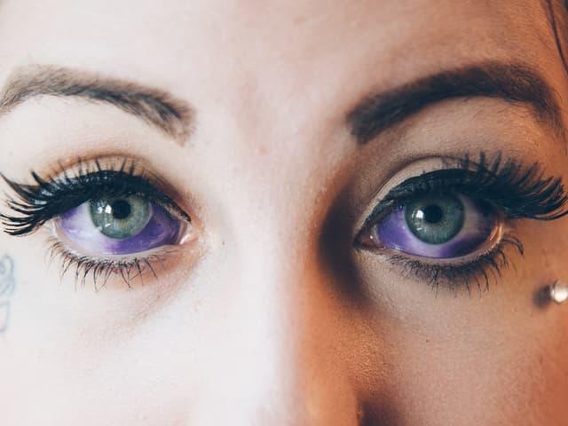So sehen Lorenas Augen nach zwei Sitzungen aus. Sie wird nochmals zum Tätowierer gehen, um die weissen Stellen ganz violett zu machen.