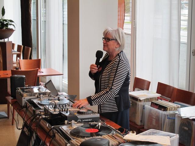 Verena Speck, Musikmamsell hinter ihrem Musikpult.
