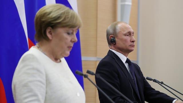 Merkel und Putin vor den Medien in Sotschi.