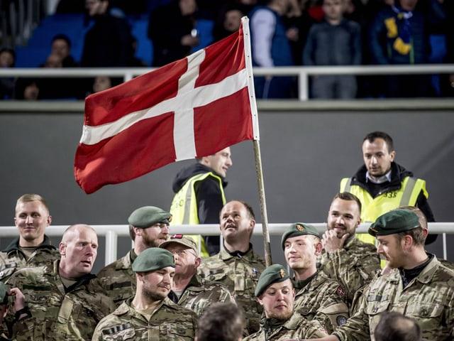 Dänische Soldaten im Stadion in Pristina