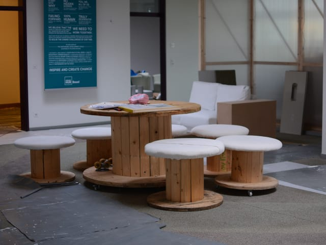 Alle Möbel in dem neuen Coworking-Space sind aus zweiter Hand oder selbstgebaut.