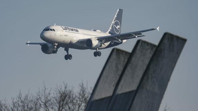 Lufthansa-Flugzeug im Landeanflug