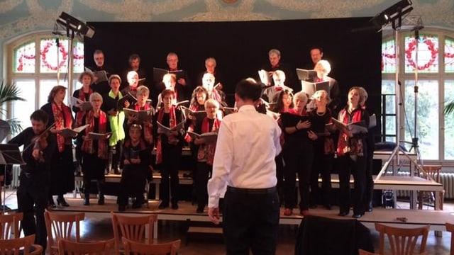 Il Chor masdo Alvra durant la davosa prova avant il concert da Nadal 2016.