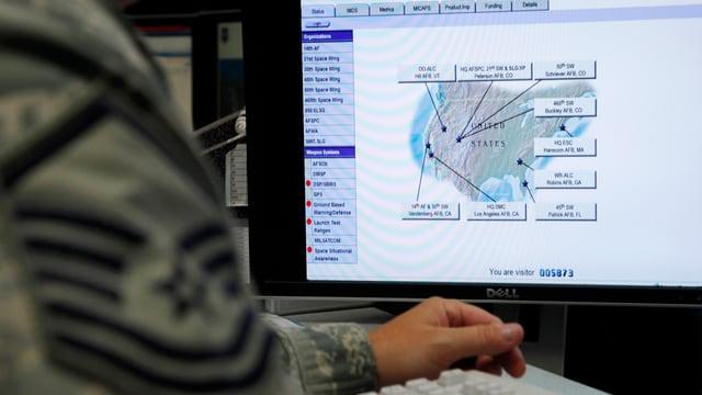 US-Militär vor Computerbildschirm