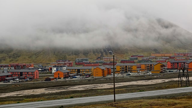 Blick auf Longyearbyen bei Regen im Sommer 2018.