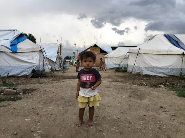 Kleines Mädchen in Zeltlager.