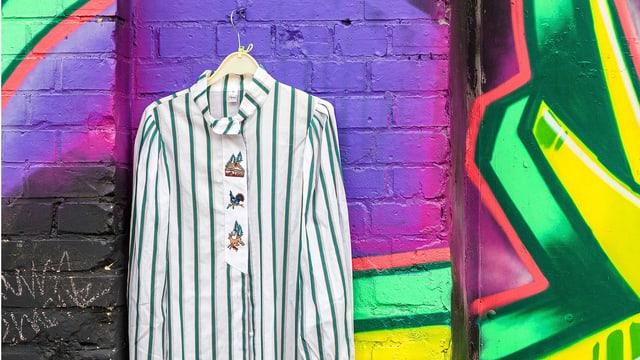 Gestreiftes Hemd vor Wänden mit Graffiti