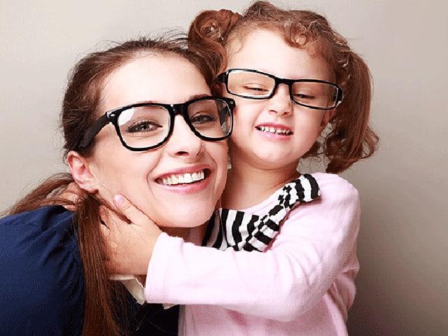 Eine Frau und ein kleines Mädchen drücken sich.