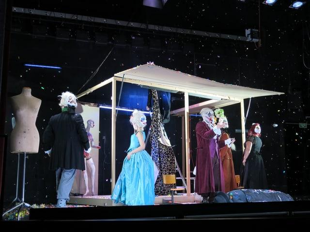 Szenenbild aus Figaro: Das Bühnenbild wirkt improvisiert - die Figuren spielerisch überzeichnet.