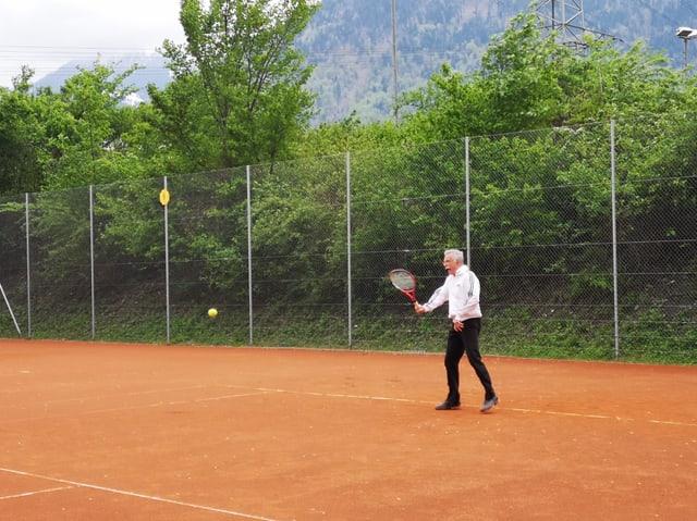 Giugader sin in plaz da tennis
