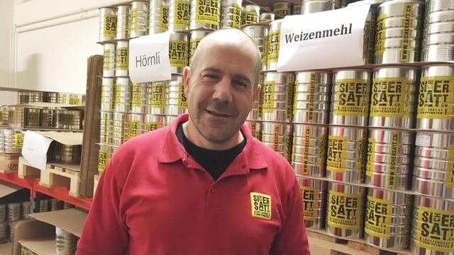 Reto Schätti von der Firma SicherSatt AG vor Notvorratsbüchsen in seinem Lager in Wald (ZH)